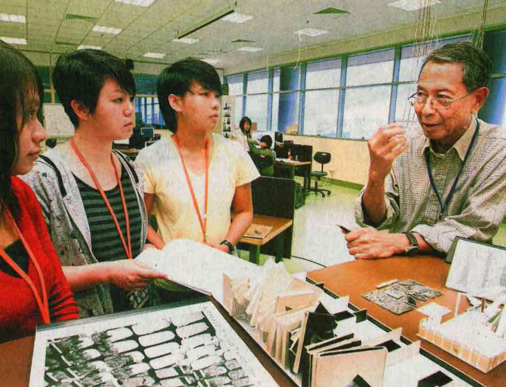 A 73-year-old Sannie Abdul talking to his students at Nanyang Polytechnic. | BERITA HARIAN